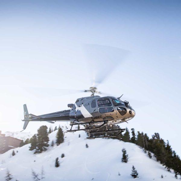Helicoptere en vol val d'isère montagne