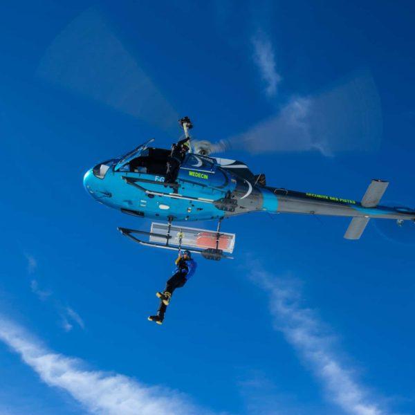 Avoriaz helicoptere en vol secours montagne